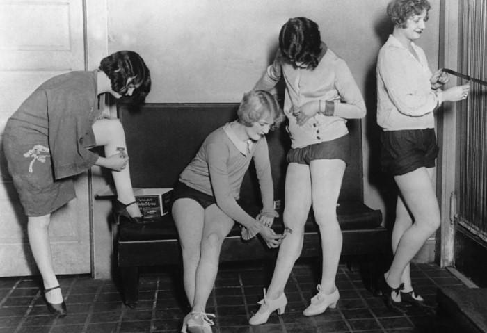 Артистки Бродвея бреют ноги перед выступлением