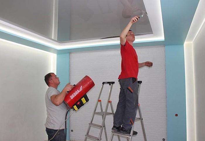 Монтаж натяжного потолка скроет несовершенства / Фото: yablor.ru