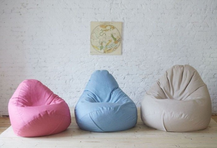Для детской можно сделать пуфы поярче, для гостиной - в пастельных тонах / Фото: tribuna.com.ua