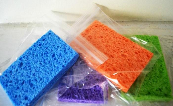 Намочите губки, разложите по герметичным пакетам и отправьте в морозилку / Фото: nastroy.net