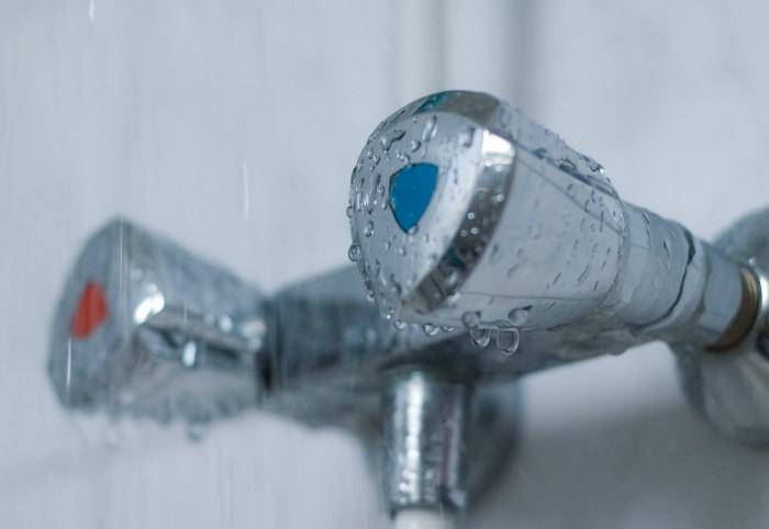 Холодная вода - питьевая, горячая - техническая / Фото: eurosantehnik.ru