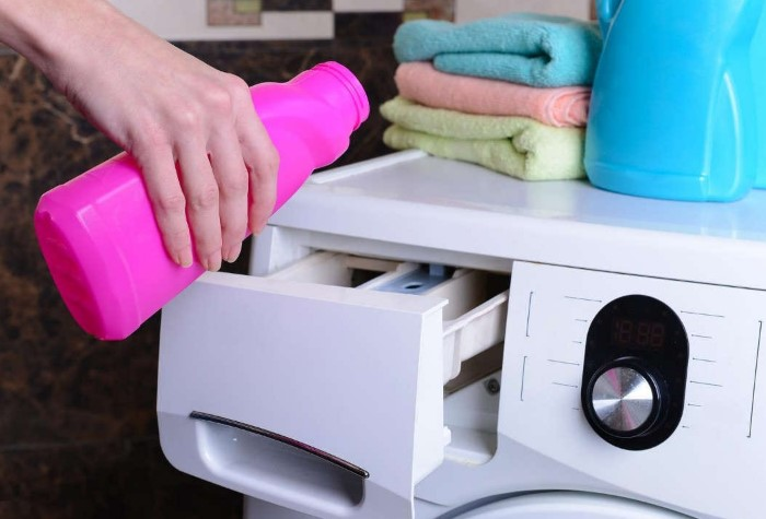 Во время стирки добавьте в контейнер к порошку отбеливатель / Фото: luxury-house.org