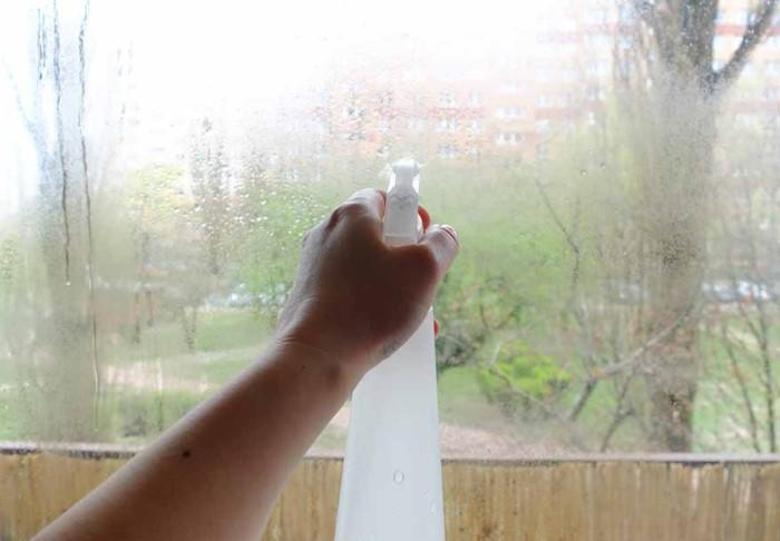 Смешайте уксус с водой в равных пропорциях и очистите стеклопакеты / Фото: domovei.com
