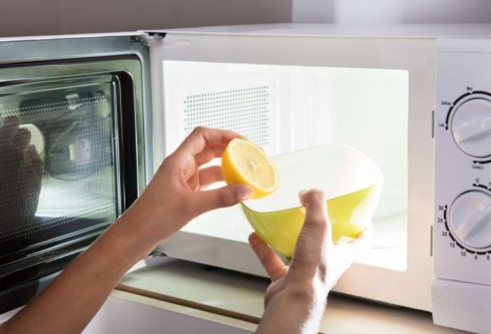 Лимонная кислота поможет смягчить жировой налет / Фото: sdelai-lestnicu.ru