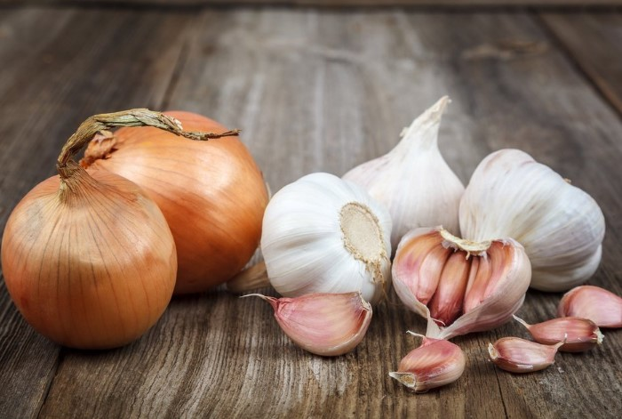 Не отказывайтесь от блюд с луком и чесноком из-за неприятного запаха / Фото: fb.ru