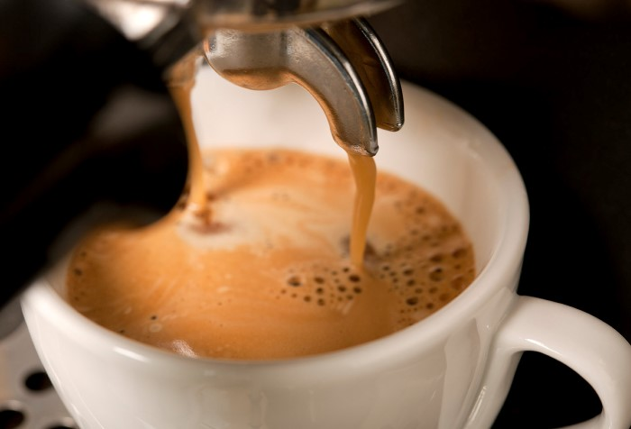 Регулярно очищайте кофемашину и пейте ароматный кофе / Фото: graindecafe.com