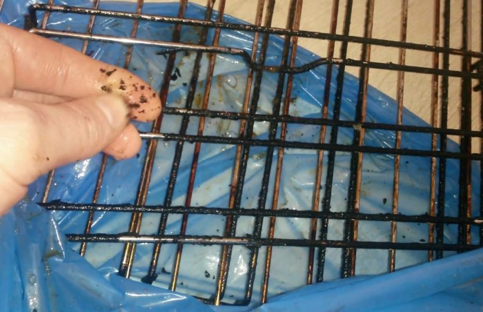 Замочите грязную решетку в рассоле, чтобы проще отчистить нагар и жир / Фото: i.ytimg.com