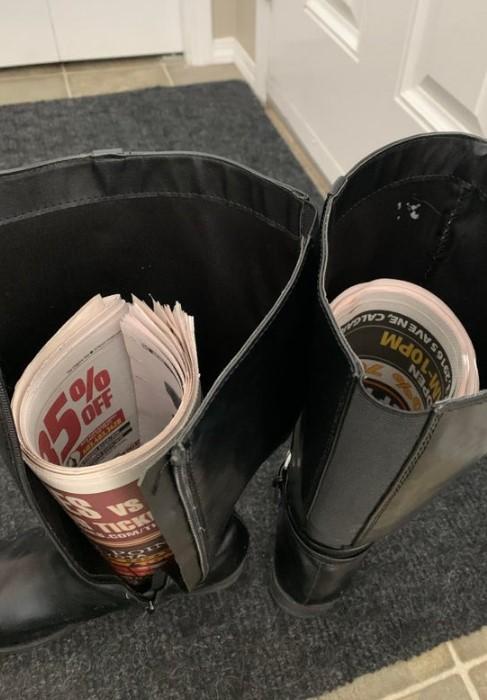 Газеты помогут предотвратить возникновение заломов на голенищах / Фото: reddit.com