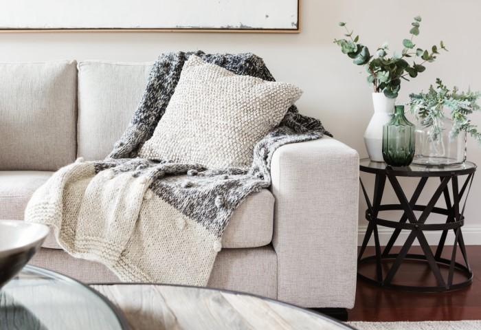 Например, положите на диван красивые подушки или плед / Фото: elitegreenteamchemdry.com