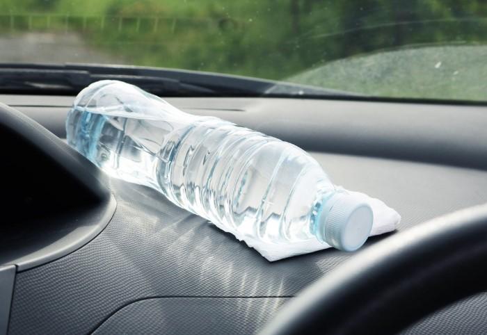 Держите бутылку с водой подальше от солнечных лучей / Фото: s00.yaplakal.com