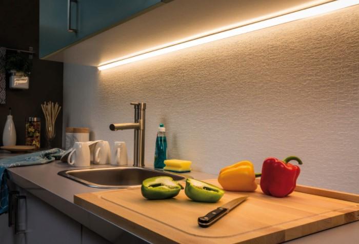 Важно обеспечить хорошее освещение рабочей зоны, особенно, если гарнитур расположен у глухой стены / Фото: innosvet.ru