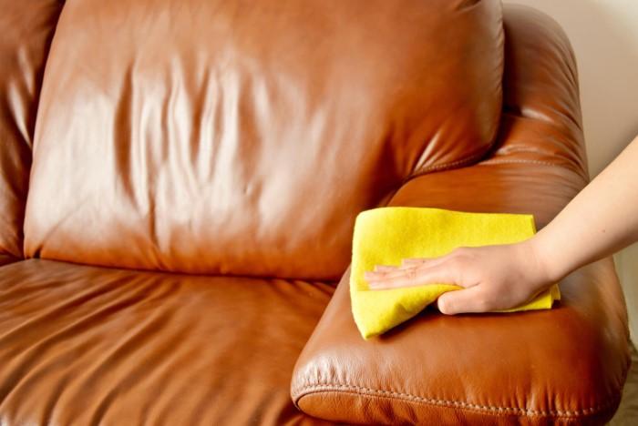 Для очищения достаточно протереть мебель влажной тряпочкой без каких-либо средств / Фото: black-clover.net