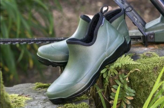 В саду и на огороде носите закрытую обувь / Фото: sp-vestniksadovoda.ru
