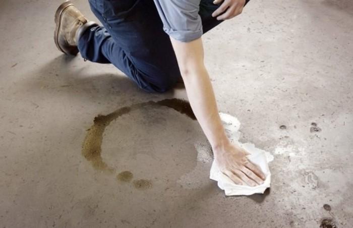 Присыпьте масляное пятно гранулами, чтобы впитать жир / Фото: furnishhome.ru