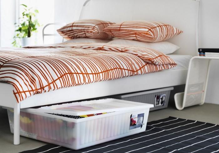 Выбирайте кровать с ящиками или поместите под имеющуюся контейнеры с постельными принадлежностями или другие вещи / Фото: obustroeno.com