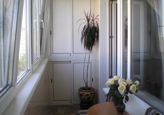Сделайте генеральную уборку на балконе и тщательно вымойте стекла / Фото: expertfasada.ru