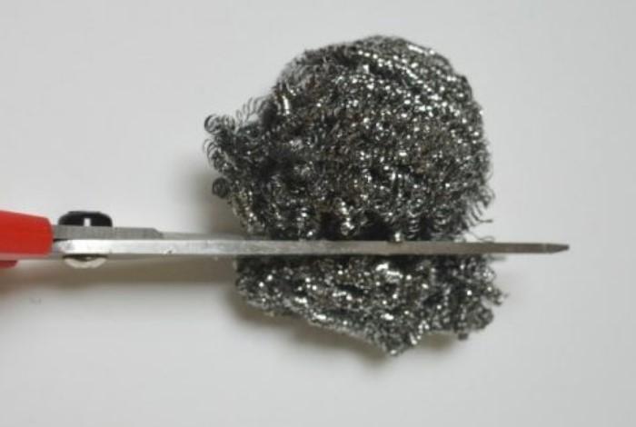 С металлической губкой можно провести домашнюю заточку ножниц / Фото: armrinok.ru