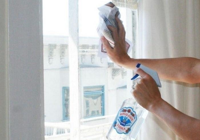 При необходимости водкой можно помыть окна и стекла очков / Фото: furnishhome.ru
