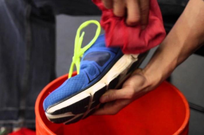Локальные загрязнения лучше очистить отдельно, чтобы реже стирать кроссовки / Фото: realstore.com.ua
