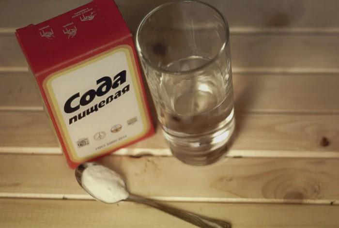 Возьмите большую кастрюлю и залейте в нее раствор из 2 л воды и 2 ст.л. соды / Фото: chasi8.ru