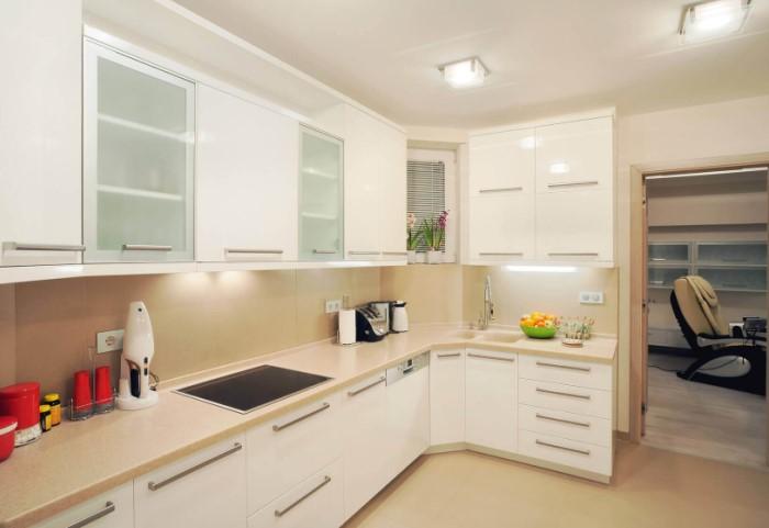 Чтобы гарнитур не казался массивным и «тяжелым», сделайте светлую или белую мебель / Фото: agatmeb.ru