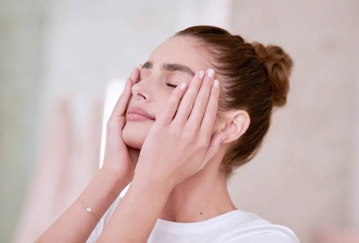 Чтобы не испортить макияж, меньше трогайте лицо руками / Фото: bhub.com.ua