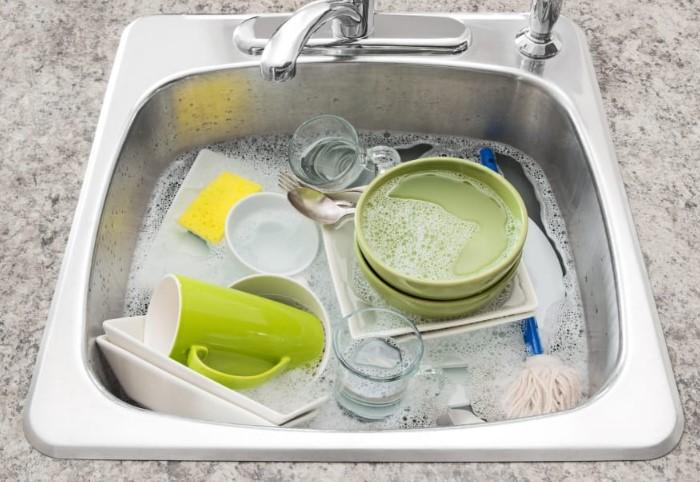 Уберите с посуды остатки еды и замочите ее в раковине с моющим средством на ночь  / Фото: sm-news.ru