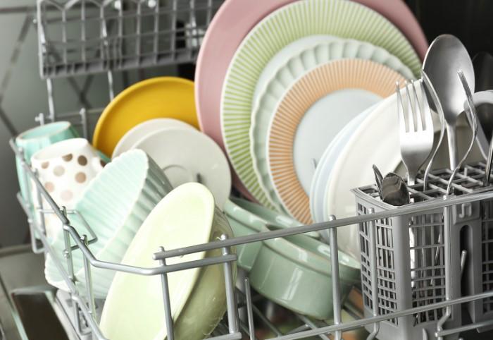 Машинка справится с очищением посуды и без посторонней помощи / Фото: posudaguide.ru