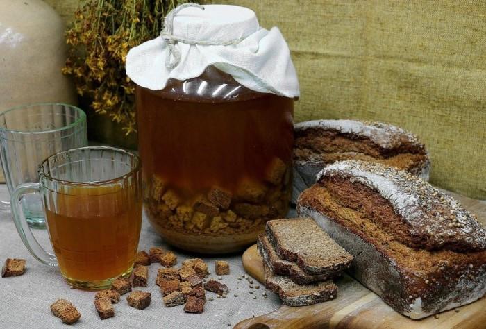 Если хлеб или сухарики окончательно осели, пора наслаждаться освежающим квасом / Фото: infpol.ru