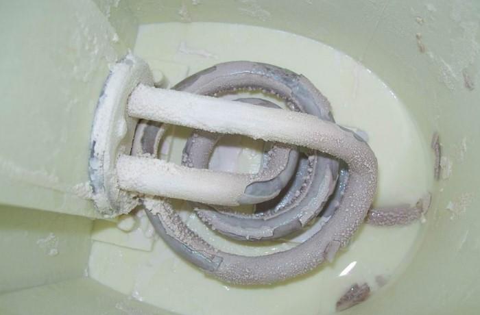 Регулярно очищайте электроприборы от известковых отложений / Фото: koffkindom.ru