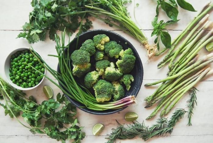 Пожуйте зелень, чтобы нейтрализовать неприятный аромат / Фото: clearbody.org