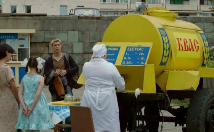 В СССР летом на улицах стояли огромные бочки с квасом, а к ним очередь людей с банками и бидонами / Фото: vseprosehh