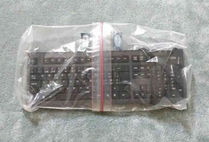 Один пакет наденьте лицевой стороной, а второй - изнаночной / Фото: reddit.com
