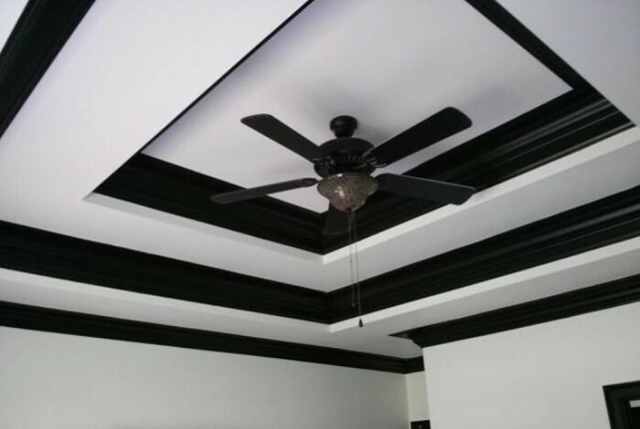 Потолок с красивыми архитектурными элементами можно подчеркнуть контрастными цветами / Фото: i.pinimg.com