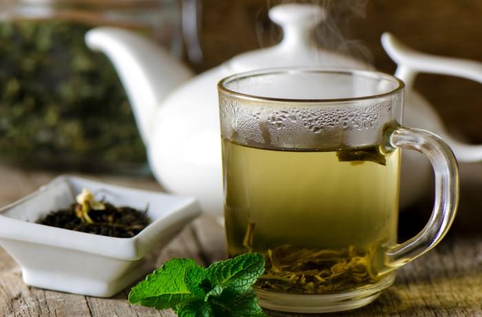Теплый зеленый или травяной чай нужно пить неторопливо и маленькими глотками / Фото: cdn.super.ua