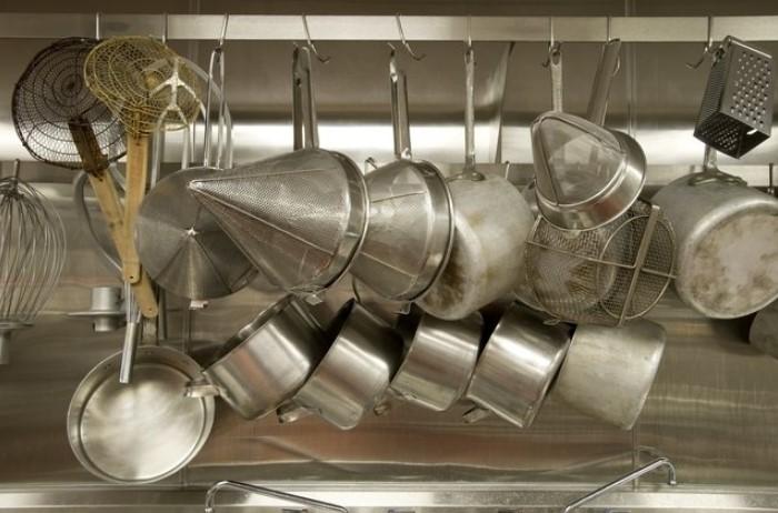 После частого использования алюминиевая посуда обесцвечивается / Фото: furnishhome.ru