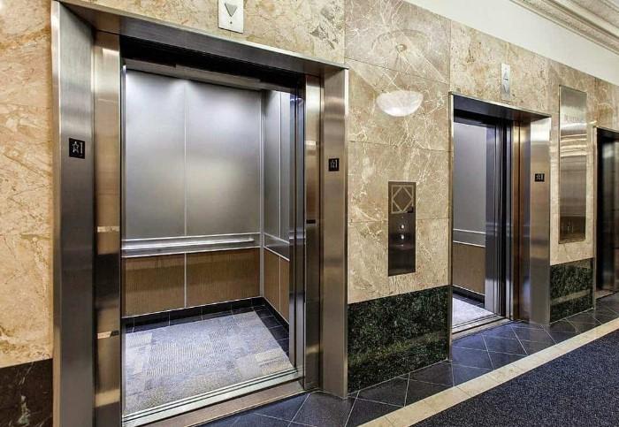 Можно застрять в лифте без электричества и возможности выбраться, пока все здание будет охватывать стихия / Фото: tayniymir.com