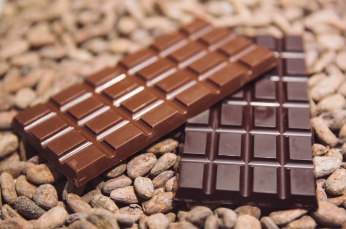 В среднем энергетическая ценность стандартной плитки шоколада составляет около 550 ккал на 100 г / Фото: allchoco.com