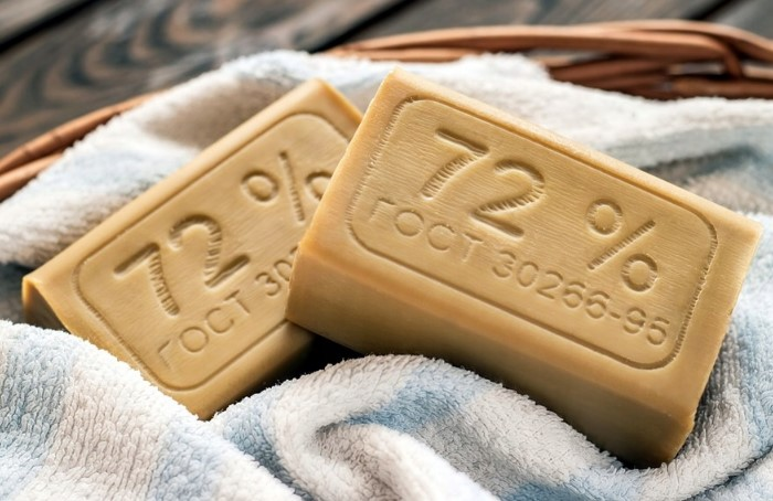 Натрите пятно мылом там, чтобы образовалась плотная пленочка / Фото: vasilisashop.com