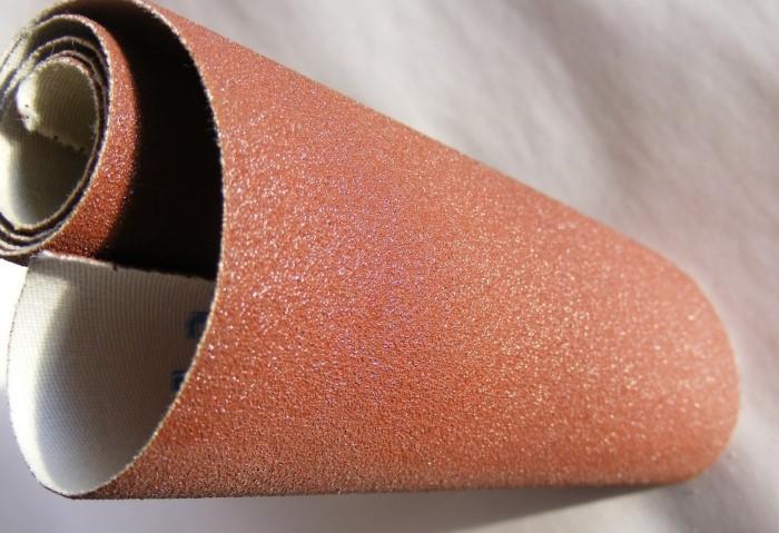 Наждачная бумага эффективно удаляет катышки, но лучше не использовать ее часто / Фото: plastall.kh.ua