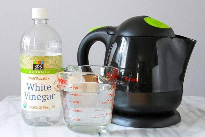 Уксусный раствор нужно прокипятить несколько раз, а затем промыть чайник / Фото: sdelai-lestnicu.ru