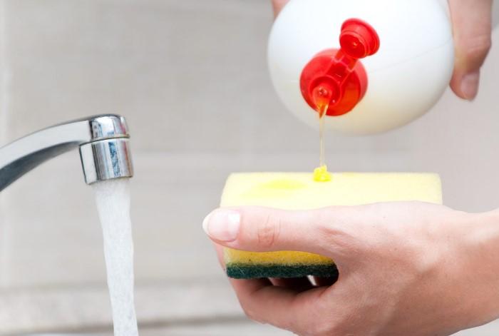 Гель для мытья посуды хорошо расщепляет различные вещества / Фото: retail.ru
