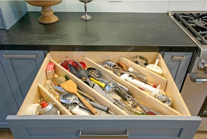 Благодаря такой системе в ящик поместится больше предметов, особенно продолговатых / Фото: houzz.ru