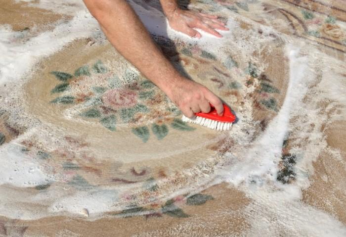 Лучше всего мыть ковер на улице, а в сложных случаях - обратиться в химчистку / Фото: sovet.help