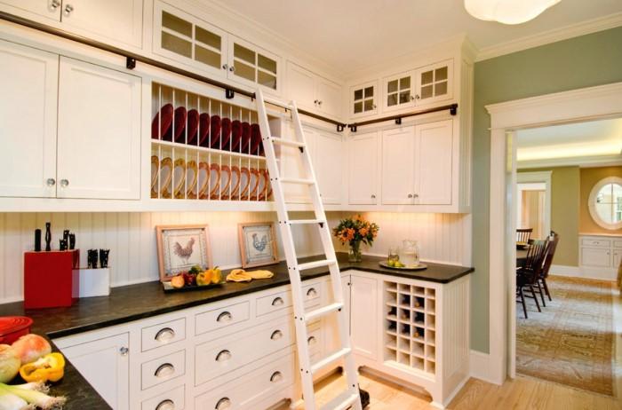 Приставная лестница поможет безопасно добираться до верхних шкафчиков / Фото: housesdesign.ru