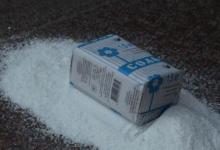 Еще одно рабочее средство - концентрированная соленая жидкость / Фото: vyatkakirov.ru
