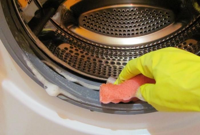 Прежде всего попробуйте избавиться от запаха моющим средством / Фото: vamnazametku.ru