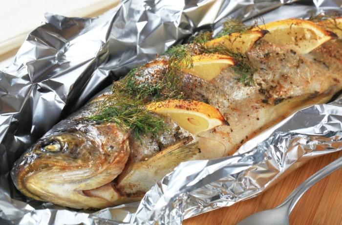 Полейте рыбу одной-двумя чайными ложками рассола для придания пряного вкуса / Фото: 270076.ru