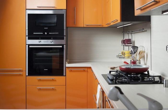Чтобы не разбирать гарнитур каждый раз, как плита или духовка сломаются, сразу покупайте качественную технику / Фото: komplekt.com.ua