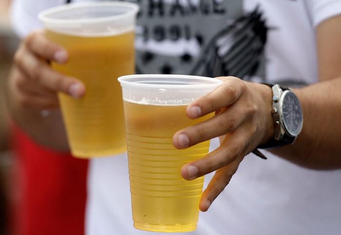 Держите стаканчик за верхнюю часть и напиток не прольется / Фото: cs.pikabu.ru